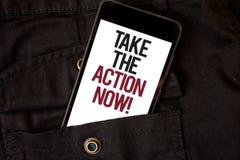 O texto da escrita da palavra toma a chamada inspirador da ação agora Conceito do negócio para o telefone celular prontamente ime Fotos de Stock