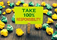 O texto da escrita da palavra toma a 100 a responsabilidade O conceito do negócio para seja responsável para a lista de objetos d Fotografia de Stock Royalty Free