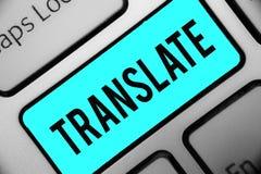O texto da escrita da palavra traduz Conceito do negócio para uma outra palavra com o mesmo significado equivalente de uma chave  imagens de stock royalty free