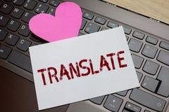 O texto da escrita da palavra traduz Conceito do negócio para uma outra palavra com o mesmo significado equivalente de um lo româ foto de stock