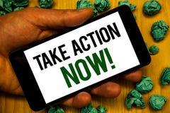 O texto da escrita toma a chamada inspirador da ação agora O conceito que significa o começo urgente do movimento prontamente ime Fotos de Stock Royalty Free