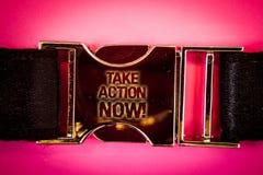 O texto da escrita toma a chamada inspirador da ação agora O conceito que significa o começo urgente do movimento prontamente ime imagens de stock royalty free