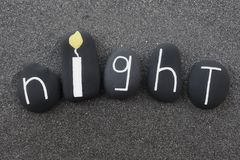 O texto da noite com pedras projeta sobre a areia vulcânica preta Imagem de Stock Royalty Free