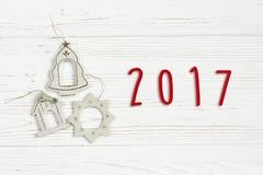 o texto de 2017 sinais no vintage simples do Natal brinca no branco à moda Imagens de Stock Royalty Free