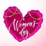 O texto do dia do ` s das mulheres no papel cor-de-rosa cortou o fundo do coração Vector o cartão do 8 de março para o dia do ` s ilustração royalty free