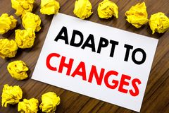 O texto escrito à mão que mostra a palavra adapta-se às mudanças Futuro novo da adaptação da escrita do conceito do negócio escri fotografia de stock