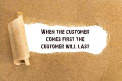 O texto quando o cliente vem primeiramente o cliente durará o ap fotografia de stock
