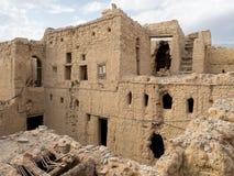 O tijolo antigo da lama abriga ruínas em Al Hamra, Omã imagem de stock