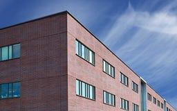 O tijolo construiu o escritório/apartamentos Imagens de Stock