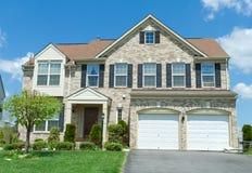 O tijolo dianteiro enfrentou a DM suburbana da única casa da família Imagens de Stock