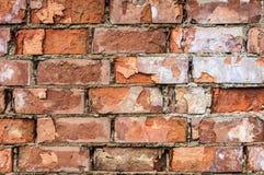 O tijolo vermelho desintegrou-se fora do contexto do fundo do papel de parede da parede fotos de stock