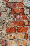 O tijolo vermelho desintegrou-se fora do contexto do fundo do papel de parede da parede imagem de stock royalty free