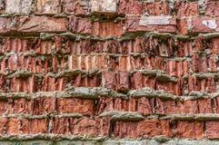 O tijolo vermelho desintegrou-se fora do contexto do fundo do papel de parede da parede foto de stock