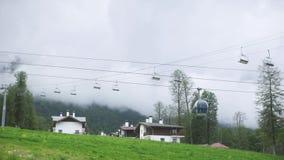 O Time Lapse, o teleférico move-se nas nuvens nas montanhas vídeos de arquivo
