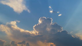 O timelapse bonito com grandes nuvens e a luz do sol que quebra através da nuvem reunem-se