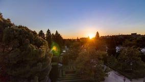 O timelapse bonito do por do sol em Sabatini jardina perto do palácio real no Madri, Espanha video estoque
