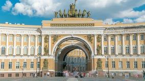 O timelapse da construção do estado maior geral - uma construção histórica, é ficada situada no quadrado do palácio em St Petersb filme