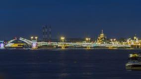 O timelapse da ponte do aviso de Blagoveshchensky durante as noites brancas em St Petersburg, Rússia video estoque