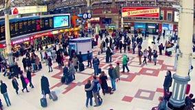 O timelapse de Londres dos assinantes dentro da estação de trem de victoria, parte superior vie video estoque