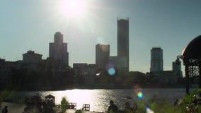 O timelapse de Yekaterinburg, Rússia da câmara municipal Por do sol na margem Ekaterinburg, timelapse de Rússia vídeos de arquivo
