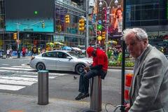 O Times Square ? uma rua ic?nica de New York City Street View, arte de n?on, quadros de avisos, tr?fego, artistas da rua e turist imagens de stock royalty free