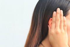 O Tinnitus, jovem mulher tem a dor na orelha imagem de stock royalty free