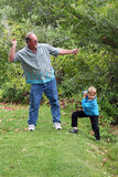 O tio ensina o menino saltar pedras Fotos de Stock Royalty Free
