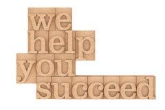 O tipo de madeira blocos do vintage de impressão connosco ajudamo-lo a suceder Sloga Imagens de Stock