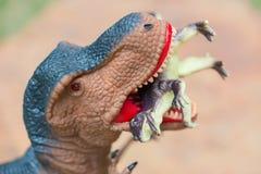 O tiranossauro gigantesco trava o dinossauro menor fotos de stock