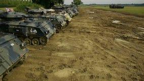 O tiro aéreo da fileira dos tanques estacionou em um campo vídeos de arquivo