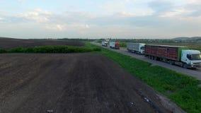 O tiro aéreo do caminhão que conduz uma estrada benween campos filme