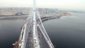 O tiro aéreo próximo do cabo moderno ficou a ponte através do rio de Neva no fundo do mar e da cidade vídeos de arquivo