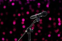 O tiro ascendente próximo do microfone em romântico bonito borrado ou no brilho do fundo cor-de-rosa roxo do bokeh ilumina o deli fotos de stock royalty free