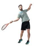 O tiro da ação do jogador de tênis bateu a bola na pose do golpe Imagem de Stock Royalty Free