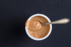 O tiro da opinião superior do fundo do iogurte do caramelo flavoured o iogurte dentro Fotografia de Stock Royalty Free