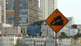 O tiro de uma estrada assina dentro motoristas de advertência de San Francisco de montes íngremes video estoque