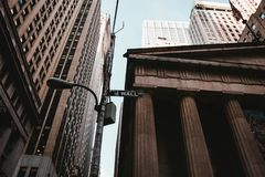 O tiro do baixo ângulo de Wall Street assina em NYC imagens de stock royalty free