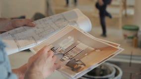 O tiro do close-up de construtores do desenho faz reparos no apartamento video estoque