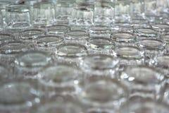 O tiro do close-up de um grupo de um vidro da água foi colocado acima do prepari Imagem de Stock