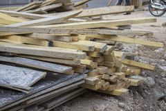 O tiro do detalhe do close-up para o grupo de cutten o bloco de madeira na construção fotos de stock royalty free