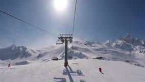 O tiro do elevador de cadeira aumenta à parte superior da montanha no inverno Ski Resort filme