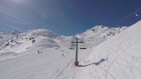 O tiro do elevador de cadeira aumenta à parte superior da montanha no inverno Ski Resort vídeos de arquivo