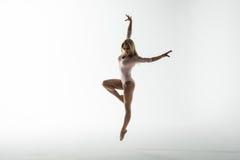 O tiro do estúdio da mulher atlética nova que faz a dança moderna move-se Fotografia de Stock