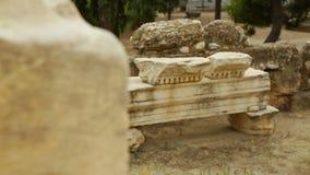 O tiro do foco da cremalheira da construção de mármore antiga permanece, achados arqueológicos video estoque