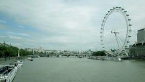 O tiro do lapso de tempo do rio Tamisa de Londres com barcos da excursão e a Londres Eye video estoque