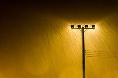 O tiro macio da lâmpada de rua da noite ilumina-se na chuva pesada Imagens de Stock Royalty Free