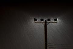 O tiro macio da lâmpada de rua da noite ilumina-se na chuva pesada Foto de Stock Royalty Free