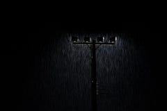 O tiro macio da lâmpada de rua da noite ilumina-se na chuva pesada Imagem de Stock Royalty Free
