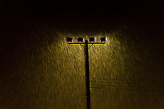 O tiro macio da lâmpada de rua da noite ilumina-se na chuva pesada Foto de Stock