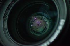 O tiro macro do elemento dianteiro de uma objetiva com cor bonita ilumina reflexões imagens de stock